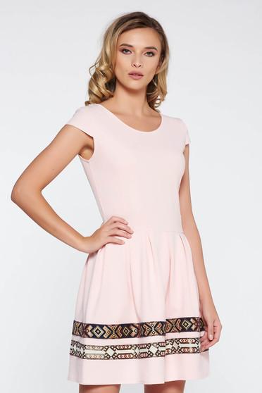 Rochie rosa eleganta in clos din stofa elastica subtire cu insertii de broderie