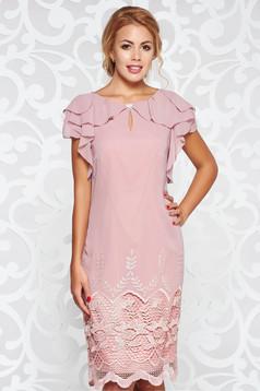 Rochie rosa de ocazie cu croi larg din material vaporos captusita pe interior cu aplicatii de dantela cu volanase