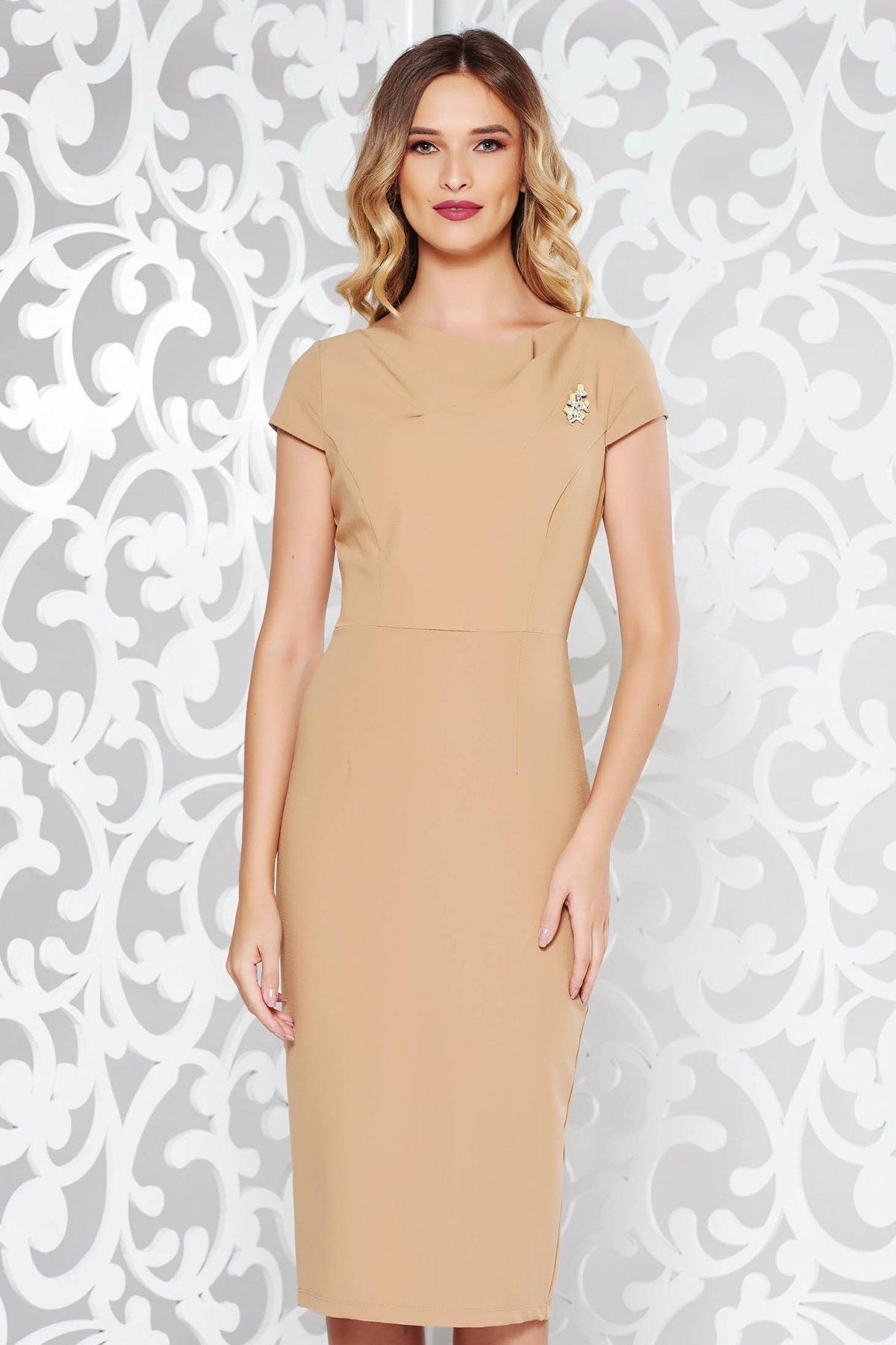 Rochie StarShinerS crem eleganta cu un croi mulat din material usor elastic accesorizata cu brosa