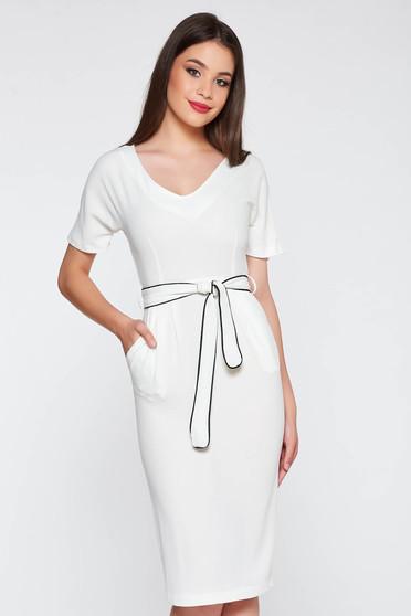 Rochie StarShinerS alba eleganta cu un croi mulat din material moale accesorizata cu cordon