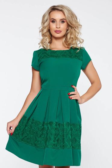 Rochie verde eleganta in clos din stofa usor elastica cu aplicatii de dantela
