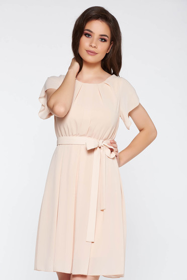 Rochie crem eleganta din voal captusita pe interior cu elastic in talie accesorizata cu cordon
