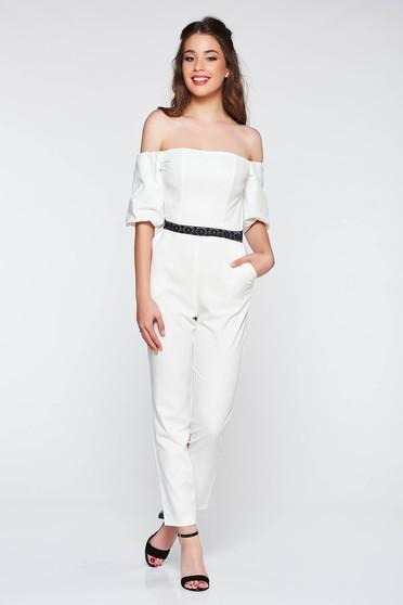 Salopeta StarShinerS alba eleganta pe umeri cu un croi mulat din stofa usor elastica cu aplicatii de dantela