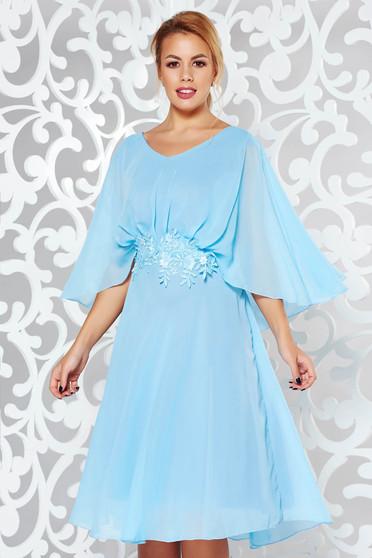 Rochie albastra-deschis de ocazie cu croi larg din voal captusita pe interior cu aplicatii de dantela