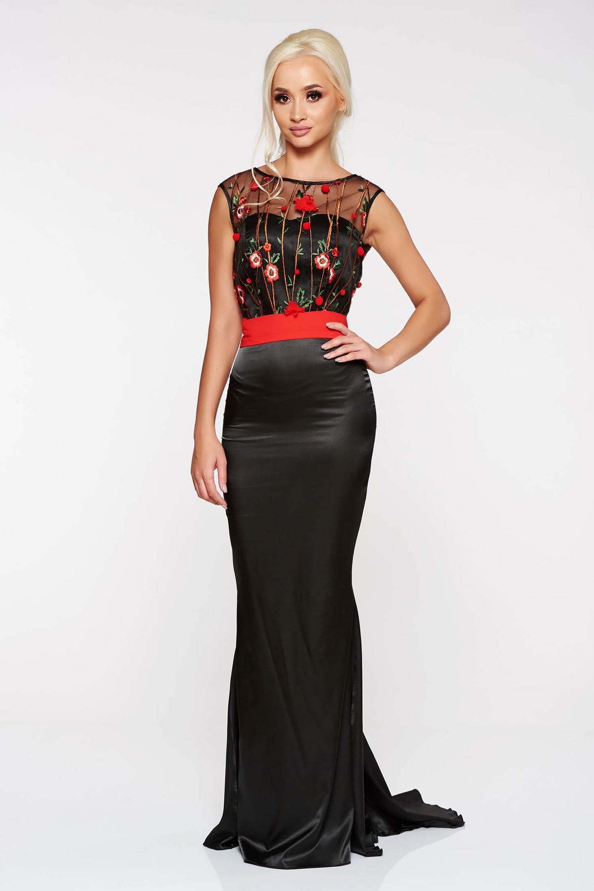 Rochie PrettyGirl neagra de ocazie lunga tip sirena cu insertii de broderie din material satinat accesorizata cu cordon
