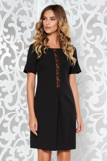 Rochie neagra eleganta cu croi in A din material elastic si fin cu broderie in fata