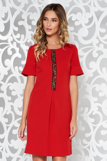 Rochie rosie eleganta cu croi in A din material elastic si fin cu broderie in fata