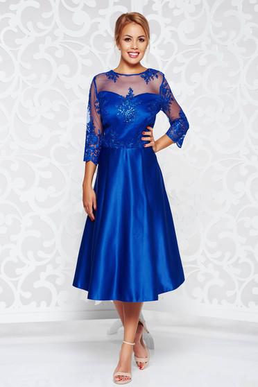 Rochie albastra de ocazie in clos din satin captusita pe interior cu aplicatii de dantela