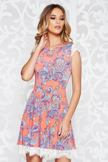 Rochie portocalie de zi in clos din material elastic cu aplicatii de dantela accesorizata cu brosa