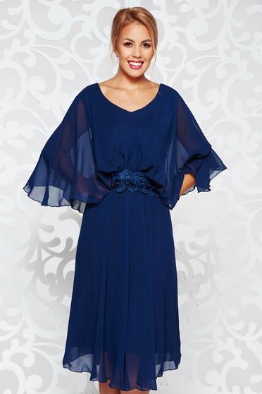 Rochie albastra-inchis de ocazie cu croi larg din voal captusita pe interior cu aplicatii de dantela