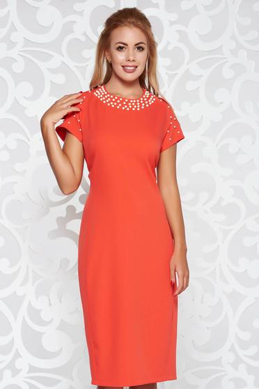 Rochie corai eleganta midi tip creion din stofa usor elastica cu aplicatii cu perle si maneci scurte