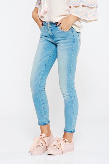 Blugi albastri casual skinny din bumbac usor elastic cu talie medie si buzunare