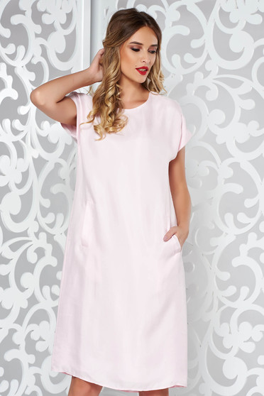 Rochie roz deschis cu croi larg din material fin la atingere captusita pe interior cu buzunare