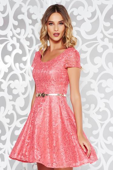 Rochie rosa de ocazie in clos din dantela captusita pe interior cu accesoriu tip curea