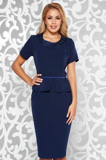 Rochie albastra-inchis eleganta tip creion din material usor elastic cu aplicatii de dantela si peplum
