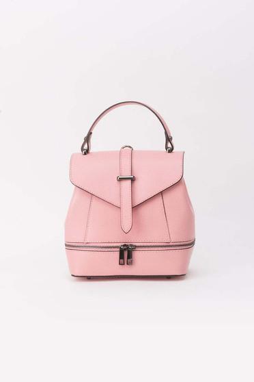 Rucsac rosa din piele naturala accesorizat cu fermoar si cu o catarama metalica