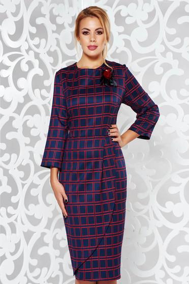 Rochie albastra-inchis midi tip creion din stofa usor elastica in carouri accesorizata cu brosa