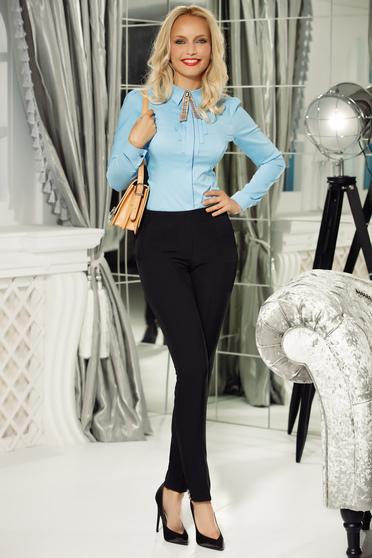 Pantaloni Fofy albastri-inchis office conici din bumbac usor elastic cu talie medie accesorizati cu nasturi