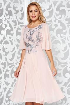 Rochie rosa de ocazie din voal in clos cu aplicatii cu paiete cu insertii de broderie