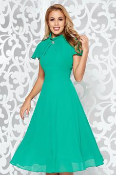 Rochie verde midi de ocazie in clos din voal accesorizata cu brosa
