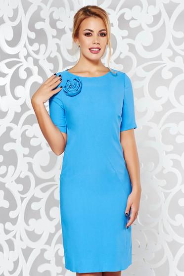Rochie PrettyGirl albastra eleganta cu maneca scurta cu un croi drept din material usor elastic cu aplicatii florale