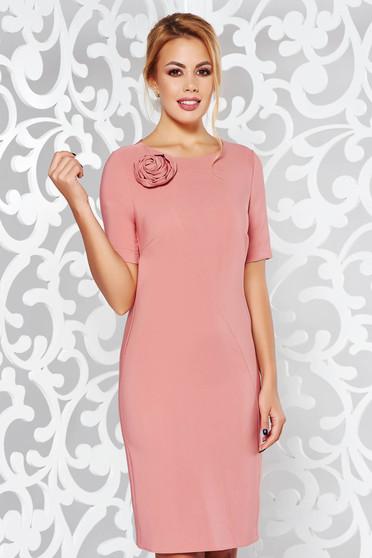 Rochie PrettyGirl rosa eleganta cu maneca scurta cu un croi drept din material usor elastic cu aplicatii florale