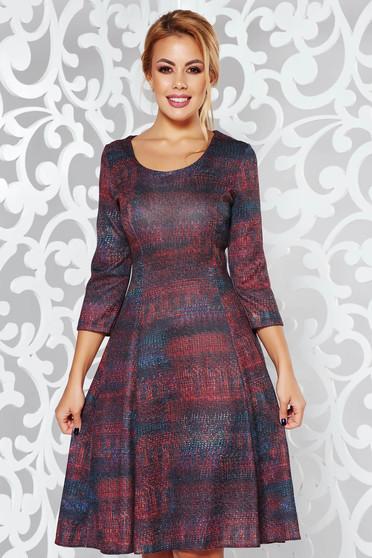 Rochie maro de zi midi in clos din material moale tricotata cu maneci trei-sferturi