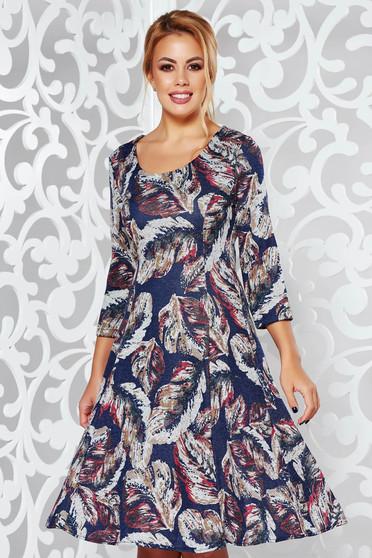 Rochie albastra-inchis de zi midi in clos din material moale tricotata cu maneci trei-sferturi