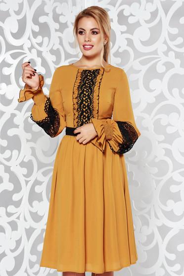Rochie LaDonna mustarie eleganta in clos din voal cu aplicatii de dantela accesorizata cu cordon