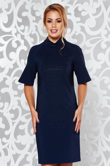 Rochie albastra-inchis de ocazie cu maneca scurta cu un croi drept cu aplicatii stralucitoare