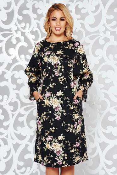 Rochie neagra eleganta cu croi larg din material usor elastic accesorizata cu lantisor