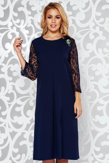 Rochie albastra-inchis eleganta cu croi larg din material fin la atingere cu maneci din dantela si brosa