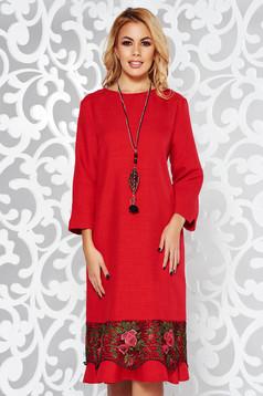Rochie rosie eleganta cu croi larg din stofa usor elastica cu aplicatii de dantela accesorizata cu lantisor