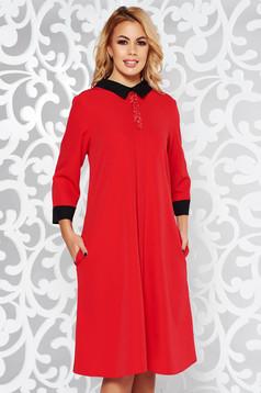 Rochie rosie eleganta cu croi larg din material usor elastic cu aplicatii stralucitoare si cu buzunare