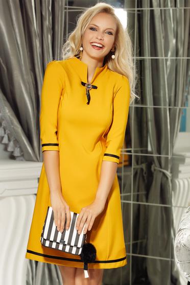 Rochie Fofy mustarie office cu croi in A din material usor elastic accesorizata cu brosa