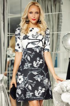 Rochie Fofy neagra eleganta cu croi in a cu maneca 3/4 din material usor elastic cu imprimeuri florale
