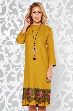 Rochie mustarie eleganta cu croi larg din stofa usor elastica cu aplicatii de dantela accesorizata cu lantisor