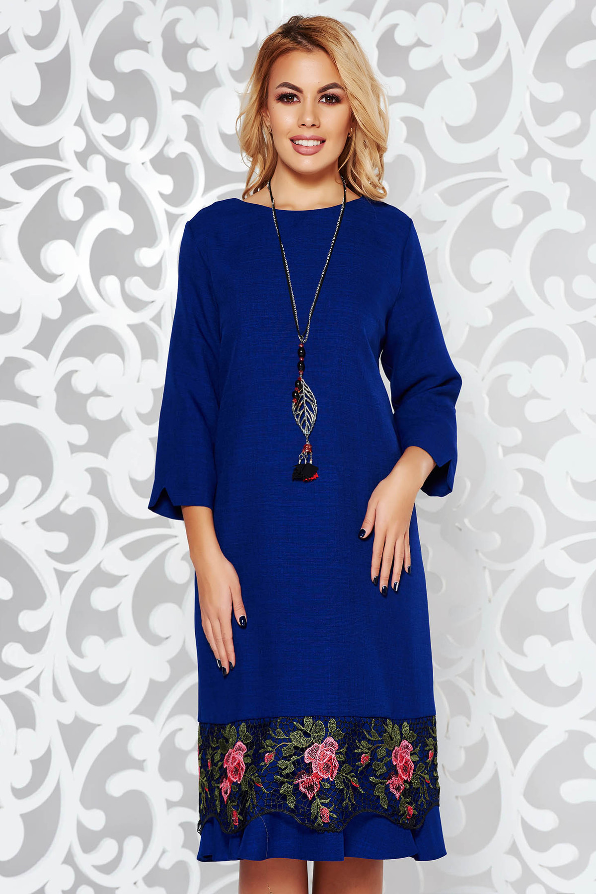Rochie albastra eleganta cu croi larg din stofa usor elastica cu aplicatii de dantela accesorizata cu lantisor