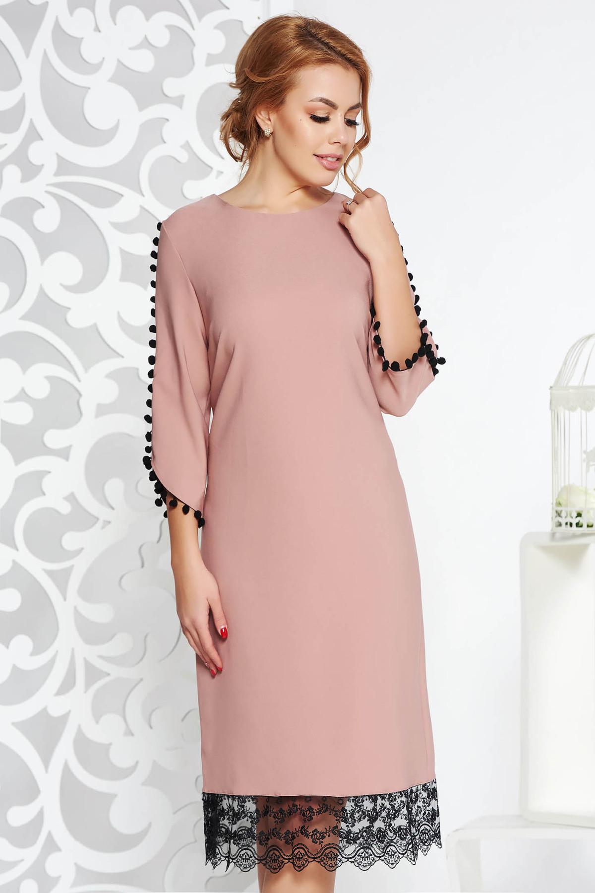 Rochie rosa eleganta cu un croi drept din material usor elastic cu aplicatii de dantela cu ciucuri