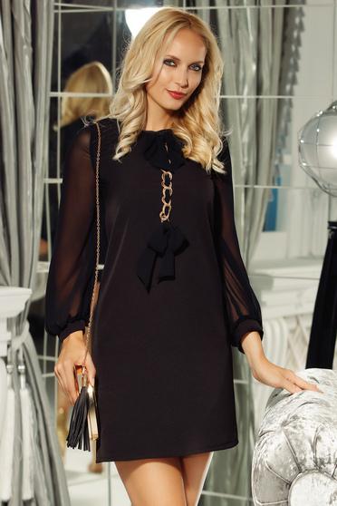 Rochie Fofy neagra eleganta cu croi in A din stofa neelastica subtire cu accesoriu metalic
