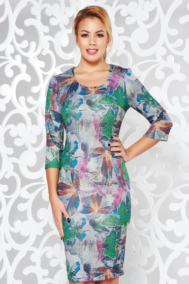 Rochie gri de zi midi cu un croi mulat din material tricotat elastic cu maneci trei-sferturi