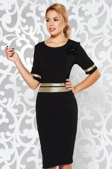 Rochie neagra eleganta cu un croi mulat din material usor elastic cu aplicatii stralucitoare