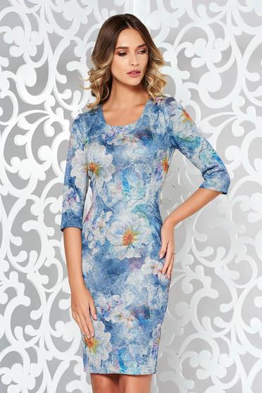 Rochie albastra-deschis de zi midi cu un croi mulat din material moale tricotata cu print