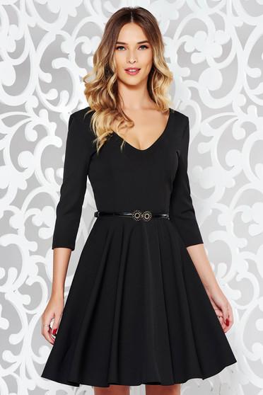 Rochie StarShinerS neagra eleganta in clos din stofa elastica subtire cu decolteu in v cu accesoriu tip curea