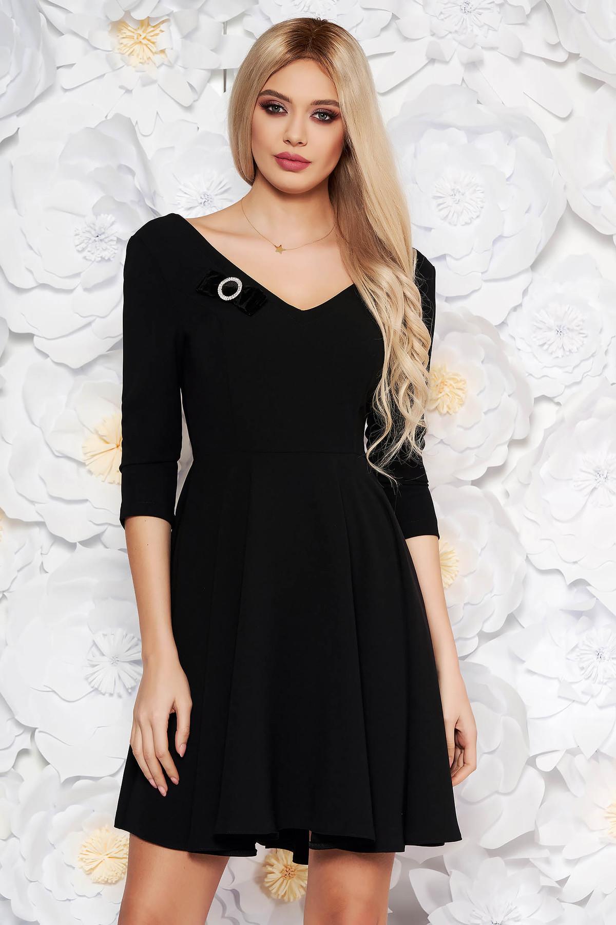 Rochie StarShinerS neagra eleganta in clos din stofa elastica subtire cu decolteu in v accesorizata cu brosa