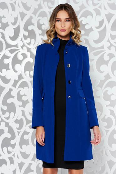 Palton albastru basic cu un croi cambrat din material gros captusit pe interior cu buzunare
