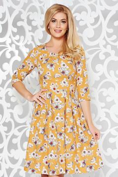 Rochie mustarie eleganta in clos din stofa usor elastica cu imprimeu floral