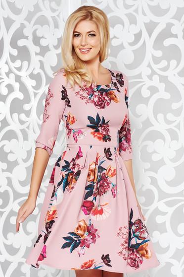 Rochie roz eleganta in clos cu maneca 3/4 din stofa usor elastica cu imprimeu floral