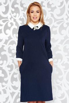Rochie albastra-inchis office cu un croi drept din bumbac usor elastic cu guler accesorizata cu brosa