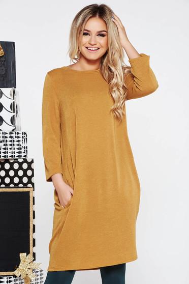 Rochie mustarie casual cu croi larg din material tricotat si moale cu buzunare